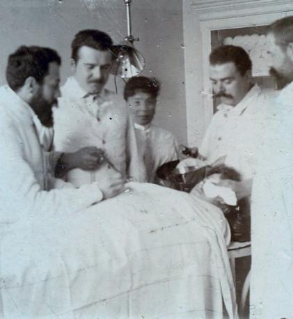 Operacija u Zemaljskoj bolnici u Sarajevu oko 1900. S lijeva- dr. Propper, dr. Biberauer, med.sestra, dr. Dorner, dr. Ringel